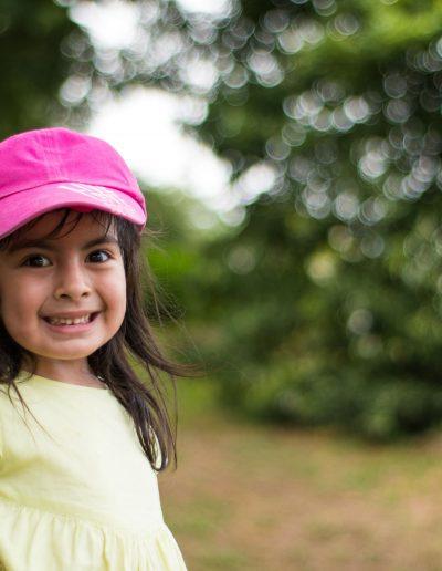 retrato-niña-gorra-min-400x516
